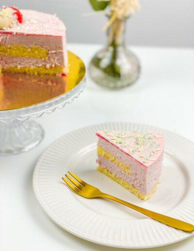 Da Rino Erdbeer Sahne Kuchen angeschnitten